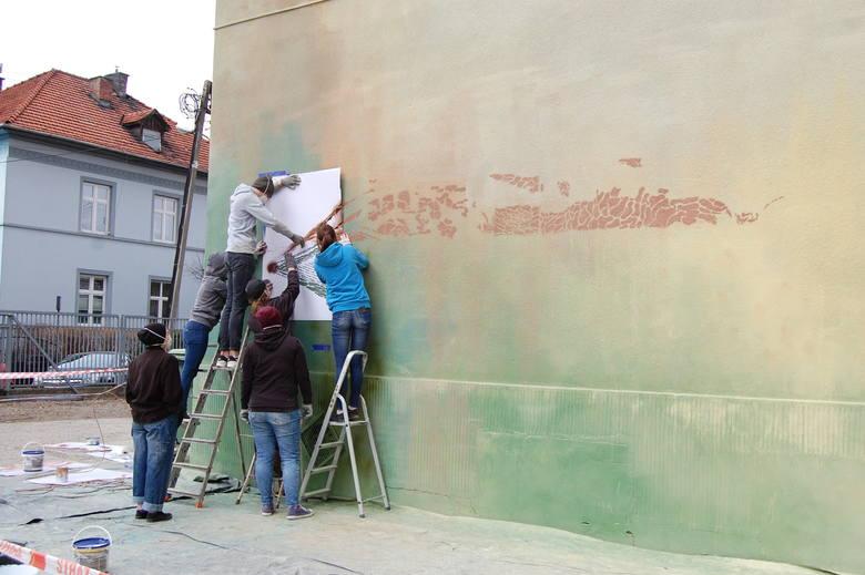 Nowy Sącz. Uczniowie tworzą mural z Mgr Morsem. Zwycięski projekt uczennicy powstaje na murach ekonoma [ZDJĘCIA]