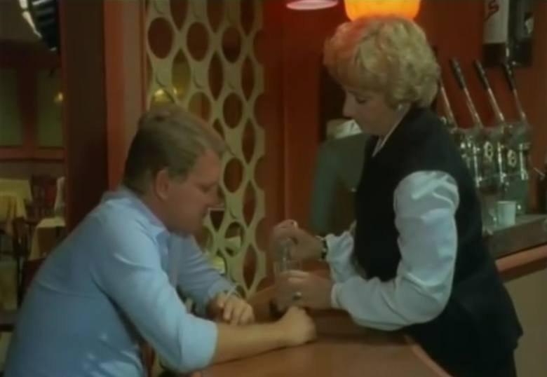 """Odcinek trzynasty """"Strzał na dancingu"""". Poznanianka Zofia Czerwińska w roli barmanki, pani Dzidzi i porucznik Borewicz."""