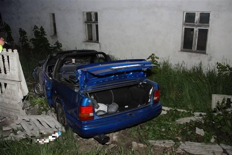 Kabriolet staranował płot i wpadł na posesję.