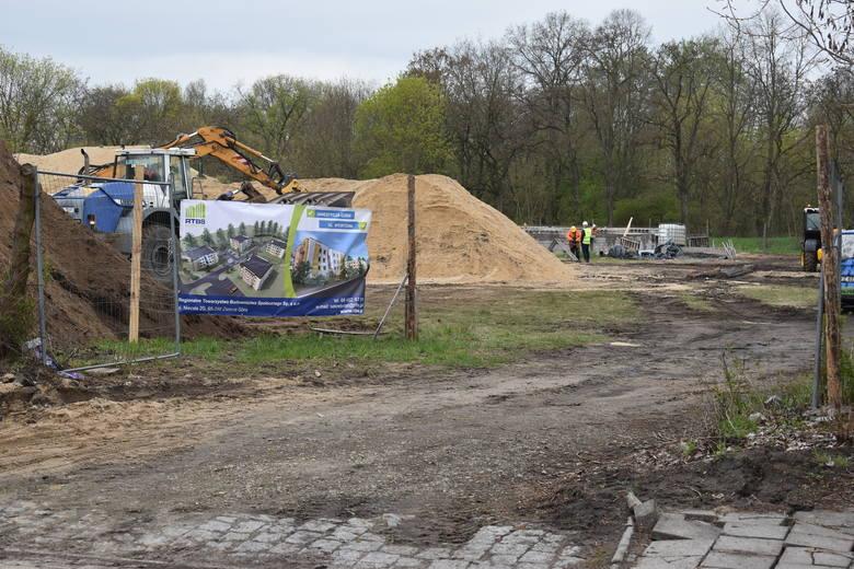 Rozpoczęła się budowa pierwszego budynku przy ul. Sportowej, w którym będą znajdować się lokale czynszowe. Docelowo w tym miejscu ma powstać małe osiedle.