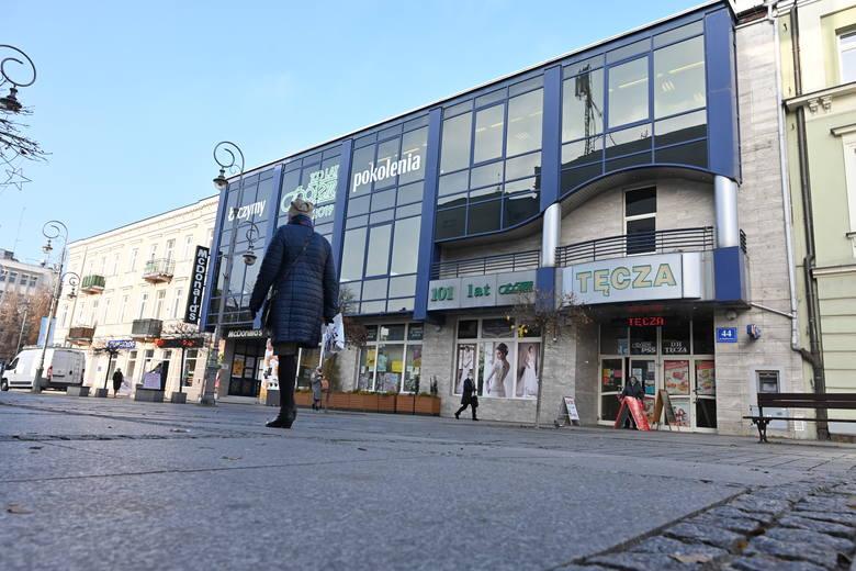 Ponad 60-letnią historią może pochwalić się też Dom Handlowy Tęcza, który po kilku gruntownych remontach, wciąż funkcjonuje przy głównej kieleckiej ulicy