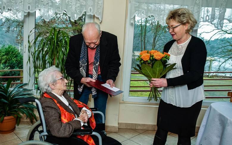 Pani Alfredzie Tasarek, w obecności syna, pięknego wieku 106 lat gratulowała kierownik Urzędu Stanu Cywilnego w Bydgoszczy, Iwona Gassowska.