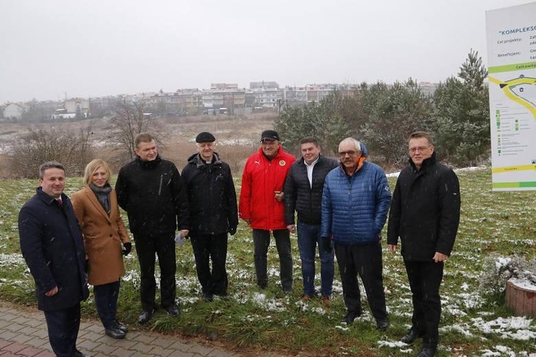 Symboliczne przekazanie placu pod budowę Parku Górników Siarkowych. Na zdjęciu przedstawicie wykonawcy i władzy Staszowa.