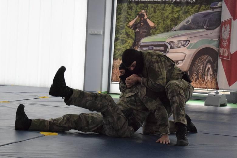 Pokaz technik interwencji w wykonaniu funkcjonariuszy Bieszczadzkiego Oddziału Straży Granicznej. Do ich trenowania mają nowocześnie wyposażoną salę