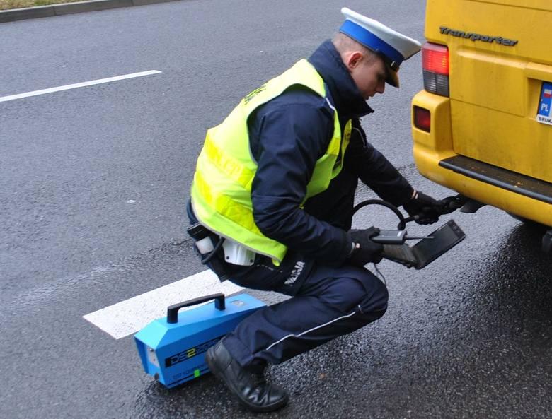 """Zielonogórscy policjanci ruchu drogowego prowadzą na drogach całego powiatu działania """"Smog"""". Kierujący mogą spodziewać się kontroli poziomu emisji spalin"""