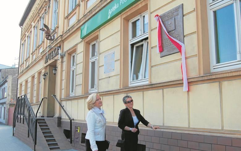 """W kwietniu 2013 roku na murze apteki """"Pod Orłem"""", w której Czochralski kupował materiały do swoich doświadczeń, odsłonięto pamiątkową tablicę. W uroczystości wzięły udział krewne wynalazcy."""