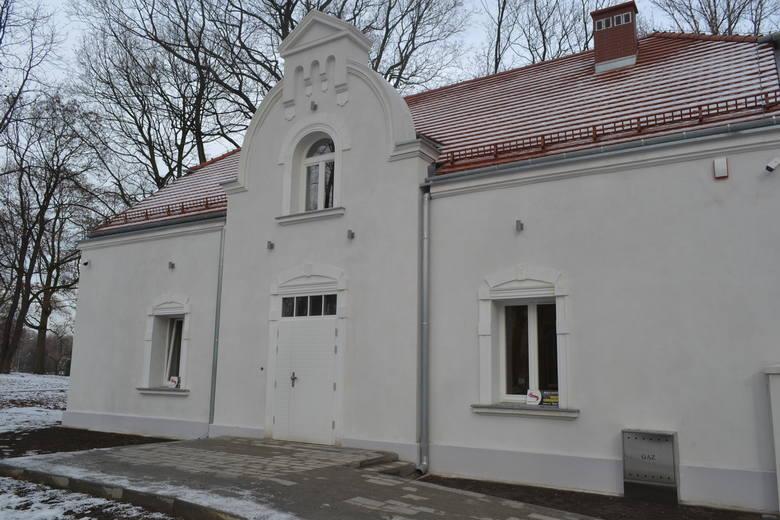 Budynek po dawnym sanepidzie w Parku Zamkowym w Mysłowicach jest już ukończony. Pod koniec marca nastąpił odbiór inwestycji. Tak wygląda z zewnątrz.