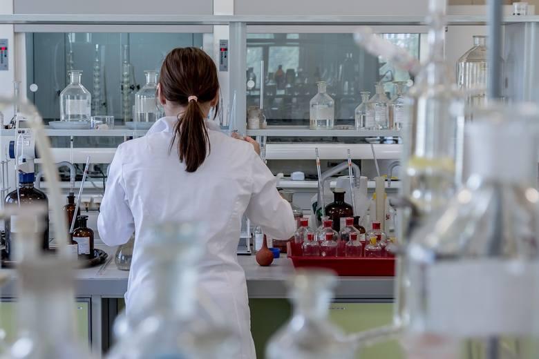 Z SANMEDU produkowanego przez Sanwil w Przemyślu wytwarzane są m.in. kombinezony dla służb medycznych, materace na łóżka szpitalne, parawany szpitalne. Nz. laboratorium w Sanwilu.