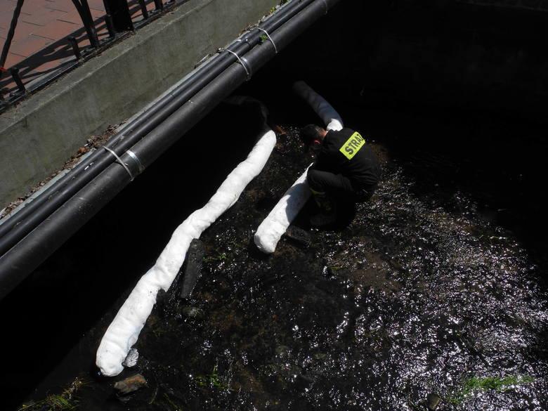 Wyciek nieznanej substancji do rzeki w centrum Bytowa
