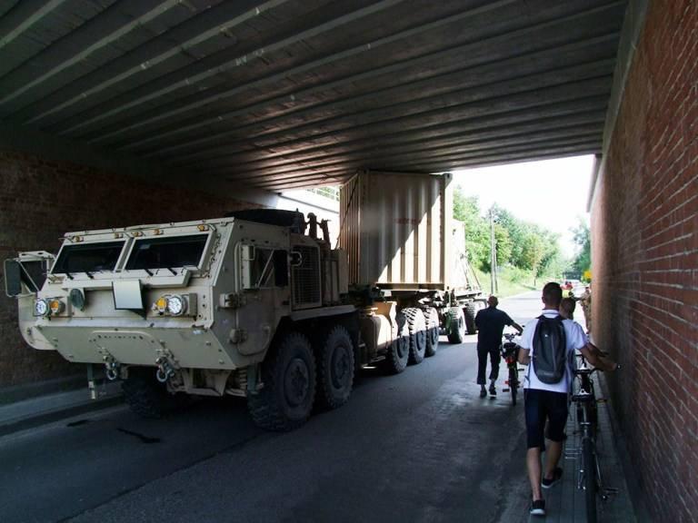 W poniedziałek, 23 lipca, stacjonujący w obozach pod Żaganiem amerykańscy żołnierze utknęli pod wiaduktem blokując drogę na ul. Żelaznej w kierunku Świętoszowa.Kierujący
