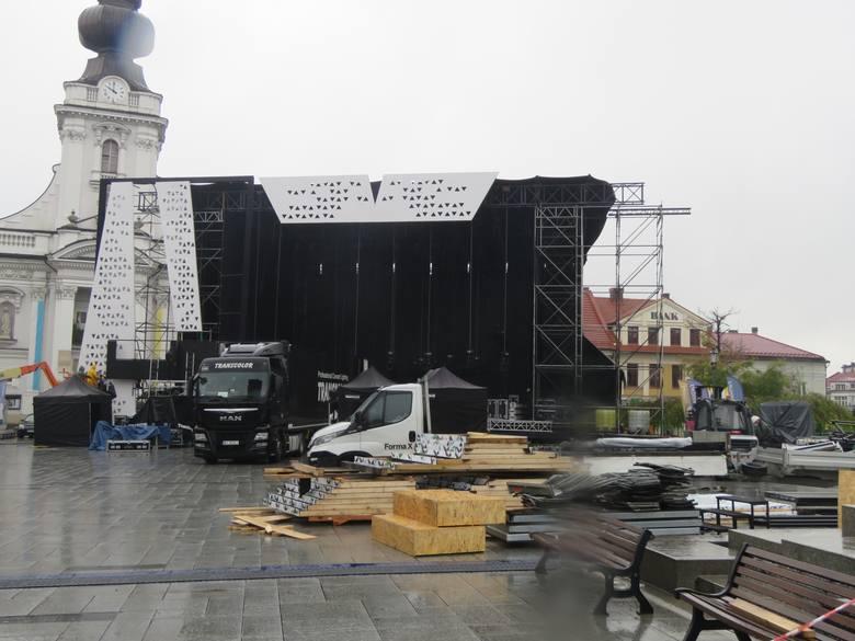 Wadowice. Piątek (16.10.2020).Przygotowania do koncertu z okazji 100-lecia urodzin Jana Pawła II. Od soboty miasto będzie już w czerwonej strefie Co