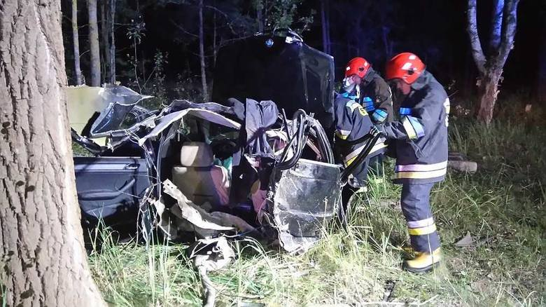 Do tragicznego zdarzenia doszło kilkanaście minut po północy (2 sierpnia) na drodze krajowej nr 65 na trasie Ciemnoszyje-Osowiec. Blisko 100 metrów od