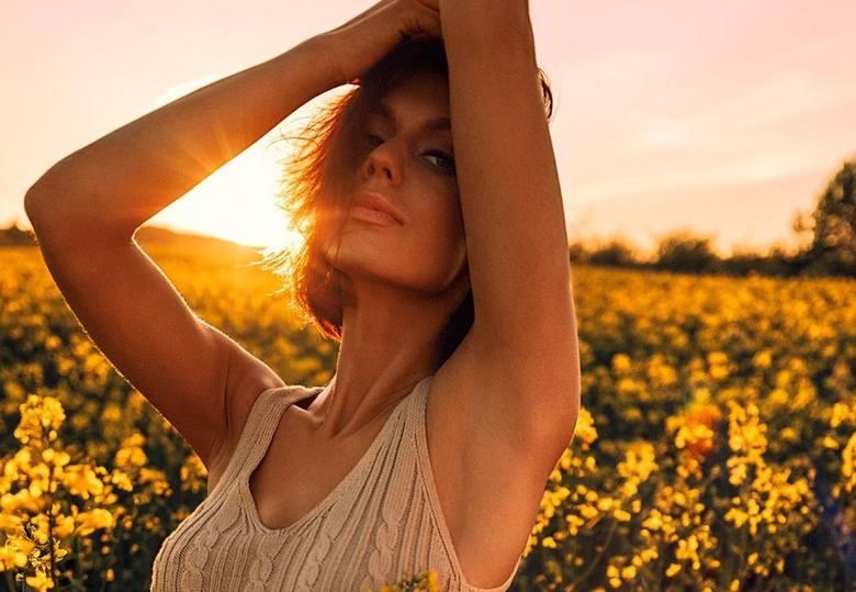Najpiękniejsze dziewczyny robią sobie zdjęcia w rzepaku. Stylowe zdjęcia to nowy wiosenny trend. Zobaczcie najpopularniejsze zdjęcia w rzepaku!Zobacz