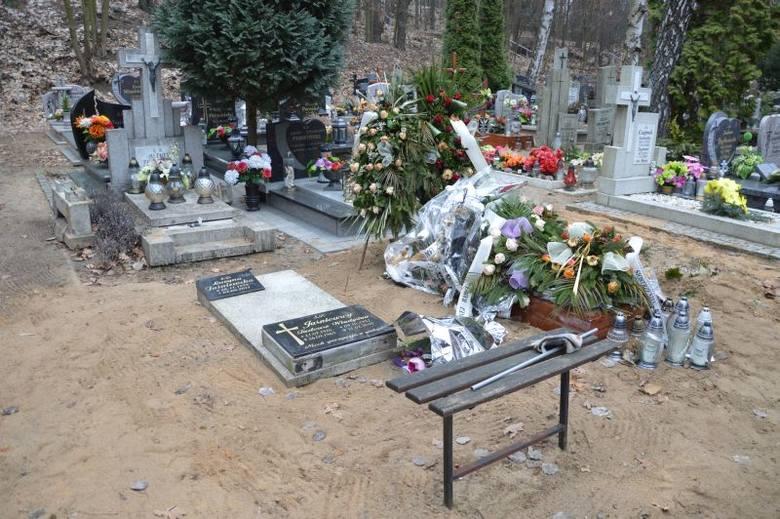 Grób bliskich członków rodziny Krystyny Leśniak na razie nie został naprawiony...