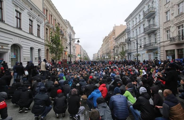 Kibice Widzewa na ul. Piotrkowskiej przed derbami Łodzi 2016
