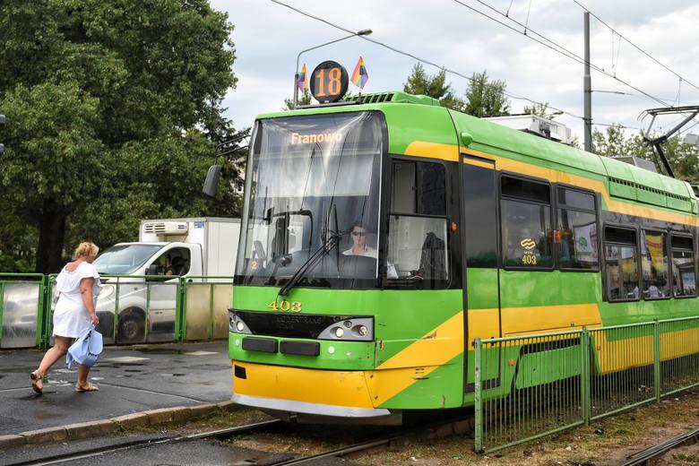 W piątek na poznańskich tramwajach pojawiły się tęczowe flagi. Dlaczego?Przejdź do kolejnego zdjęcia --->
