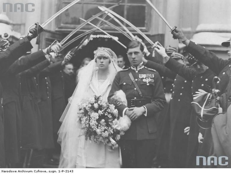 Para młoda opuszcza kościół po ceremonii zaślubin przechodząc pod szpalerem szabli oficerów 17 Pułku Ułanów.
