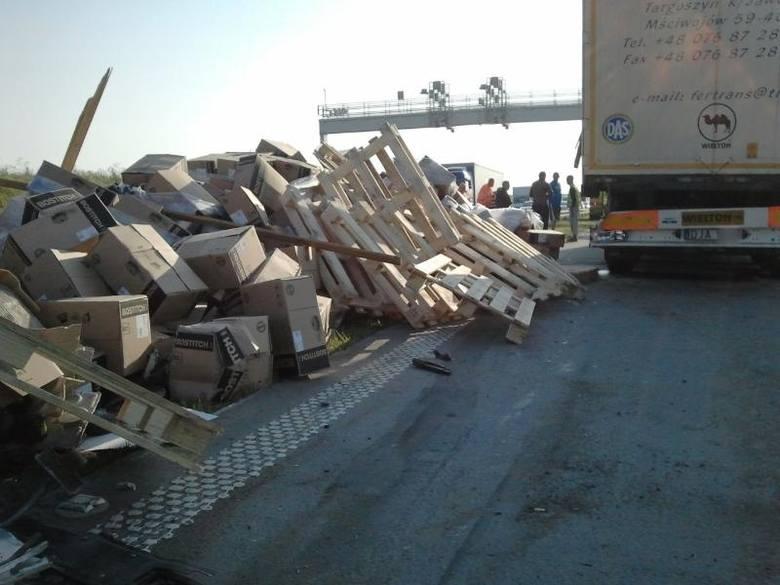 Ciężarówka przewróciła się na autostradzie A4. Na jezdnię wysypały się gwoździe