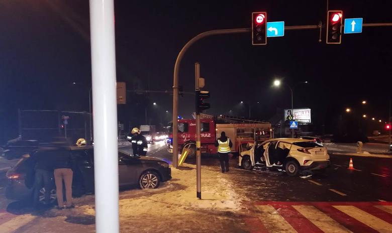 Na skrzyżowaniu ulic Lwowskiej i Cienistej w Rzeszowie doszło do poważnie wyglądającego wypadku. W zdarzeniu brały udział dwa samochody osobowe. Do zderzenia