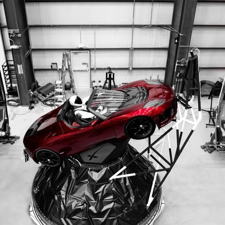 Tak wygląda Tesla Roadster. Samochód osadzony został w elemencie, który znalazł się wewnątrz rakiety Falcon Heavy.