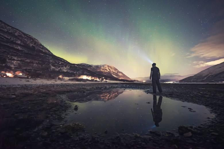"""Karol Wójcicki: """"Długo wyczekiwana zorza polarna zlokalizowana nad bazą, ok. północy. Światła północy, choć słabe i rozproszone, pięknie odbijały"""