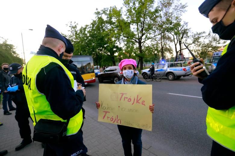 Warszawa: Protest przed siedzibą Trójki na Myśliwieckiej [zdjęcia] 1999. notowanie Listy Przebojów 3 nie pojawiło się na antenie