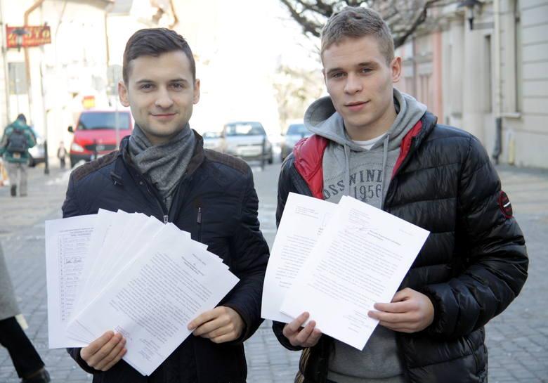 Łukasz Marcin Niebelski i Michał Dworski to jedni z inicjatorów akcji. Zebrane podpisy chcą dostarczyć minister Bieńkowskiej