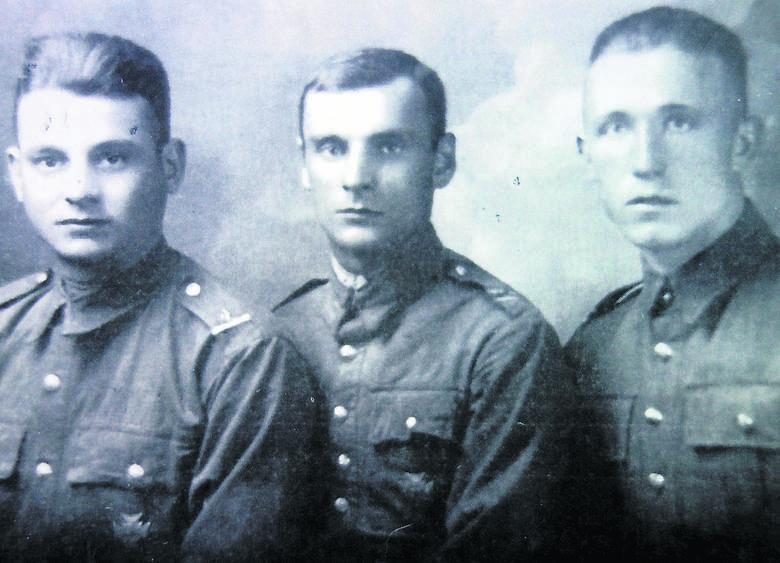 Pan Władek w wojskowym mundurze (pierwszy od prawej)