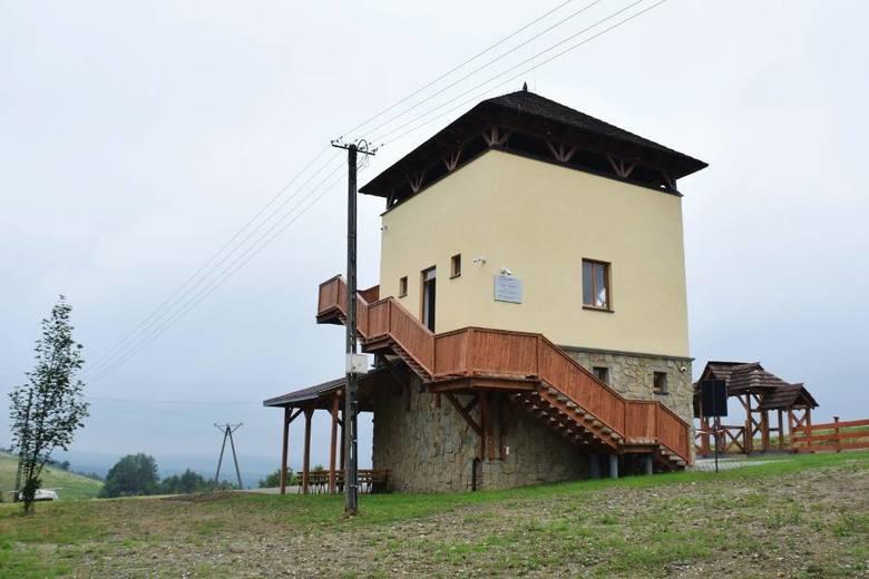 Wieża widokowa w CzarnorzekachMa 13 metrów wysokości i została udostępniona turystom w 2020 roku. Jest niezwykle oryginalna: ma murowane ściany, częściowo