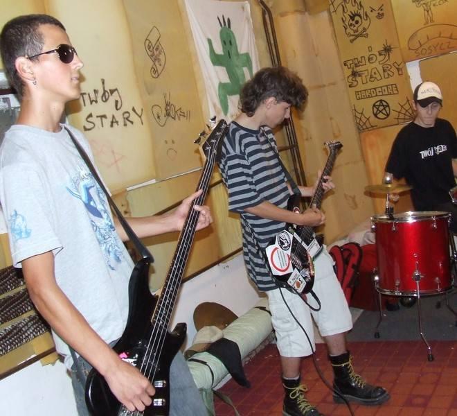 Szabla (od lewej), Benek i Kwasu grają trzy razy w tygodniu w piwnicy pod biblioteką. Wierzą, że kiedyś odniosą sukces