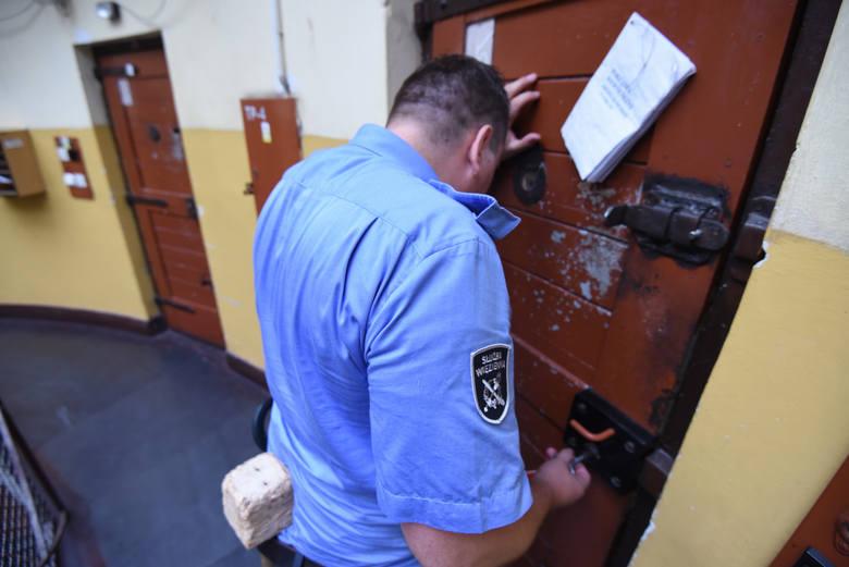 Skargi osadzonych na przeludnione cele to klasyka gatunku. Toruński areszt, przeznaczony zarówno dla tymczasowo aresztowanych, jak i więźniów, ma 151