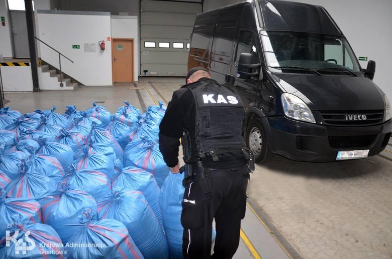 1,2 tony tytoniu bez polskich znaków akcyzy skonfiskowali funkcjonariusze Kujawsko-Pomorskiej Krajowej Administracji Skarbowej. Nielegalny towar był