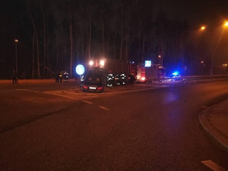 Pośpiech, bagatelizowanie przepisów a w efekcie uszkodzona latarnia i samochody - tak podsumowała wypadek na rondzie Łódzkich Motocyklistów asp Marzanna