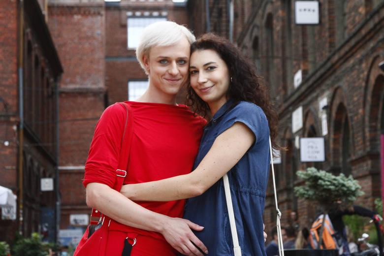 Kandyduje do Rady Miejskiej w Łodzi jako Michał Gauza, chociaż czuje się Kasią i jako kobieta prezentuje się w kampanii wyborczej. Liczy, że wyborcy