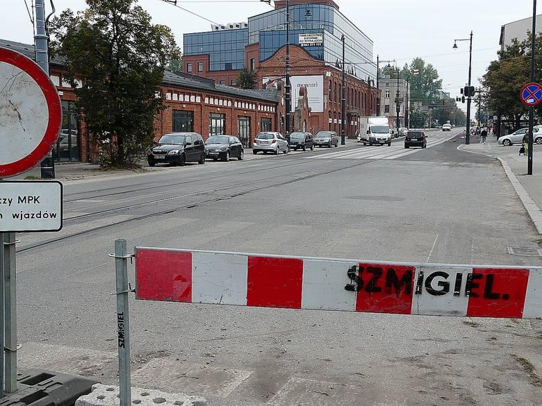 Z końcem października wznowiony będzie ruch samochodów i tramwajów na Dąbrowskiego. Przebudowa ulicy skończy się w połowie października, później będą