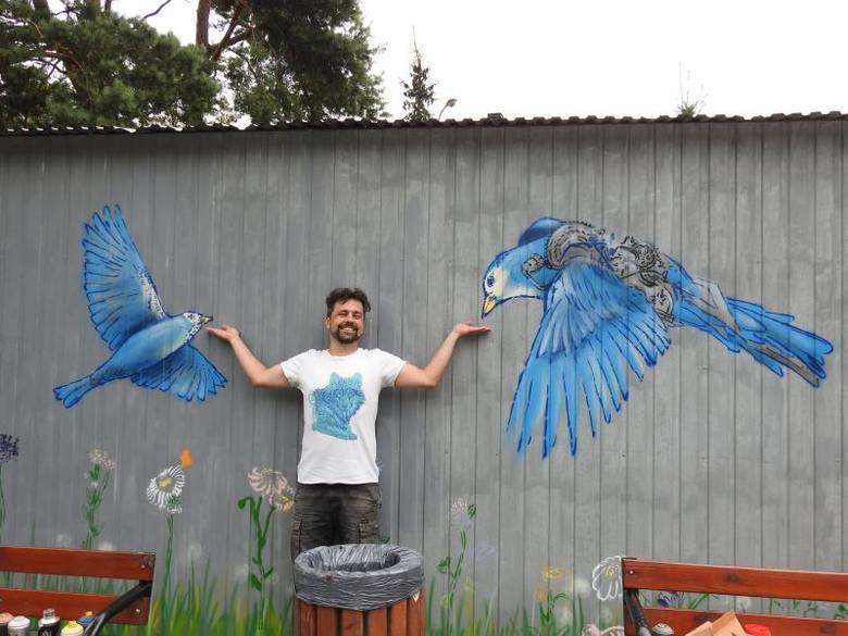 Małkinia Górna. Pierwszy mural w małkińskiej przesrzeni miejskiej. Jak powstawał? Uwieczniliśmy ten moment w nagraniu wideo!