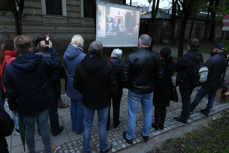 """Film """"Tylko nie mów nikomu"""" o pedofilii w Kościele wyświetlono na ścianie Kurii w Kielcach [ZAPIS TRANSMISJI]"""