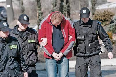Mężczyzna został wczoraj doprowadzony na przesłuchanie do Prokuratury Rejonowej w Limanowej Fot. Kuba Toporkiewicz