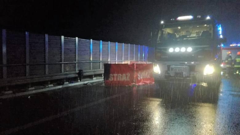 Na A1 w stronę Gdańska doszło do wypadku, w którym zginęła dwójka mieszkańców województwa śląskiegoZobacz kolejne zdjęcia. Przesuwaj zdjęcia w prawo