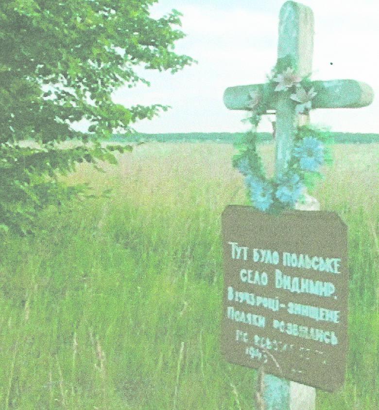 Uczniowie szkoły w Sarnach. Szkoła działała także w Wydymerze. Nauczycielką była mama pani Ireny.