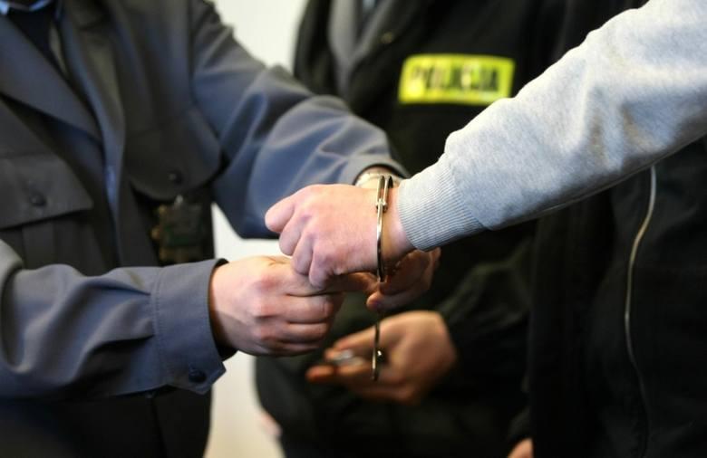 Rabunek w Tarnobrzegu. 25-latek przyłapany na kradzieży szarpał sie z ochroniarzem i porozbijał alkohol