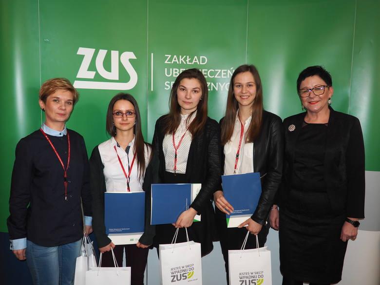Od lewej na zdjęciu: Justyna Płuciennik – opiekun, Justyna Pastuszak, Małgorzata Jaźwiec i Karolina Nowicka oraz Donata Szopińska-Frąszczak – dyrektor