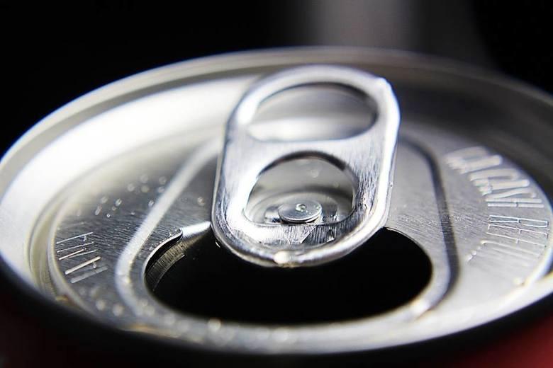 - Oszacowano, że przeciętnie osoby, których zgon można powiązać z konsekwencjami spożycia napojów słodzonych cukrem żyją o 15 lat krócej niż średnio osoba w ich wieku. Szacuje się również, że w Polsce blisko 1 400 zgonów rocznie wynika z konsekwencji nadmiernego <br /> spożycia napojów...