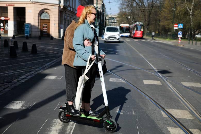 83 proc. Polaków jest zdania, że na krótkim odcinku e-hulajnogi mogą zastąpić samochód.