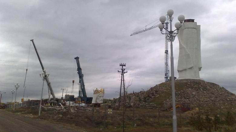 100 tonowy dźwig jest już na placu budowy pomnika Chrystusa Króla w Świebodzinie.