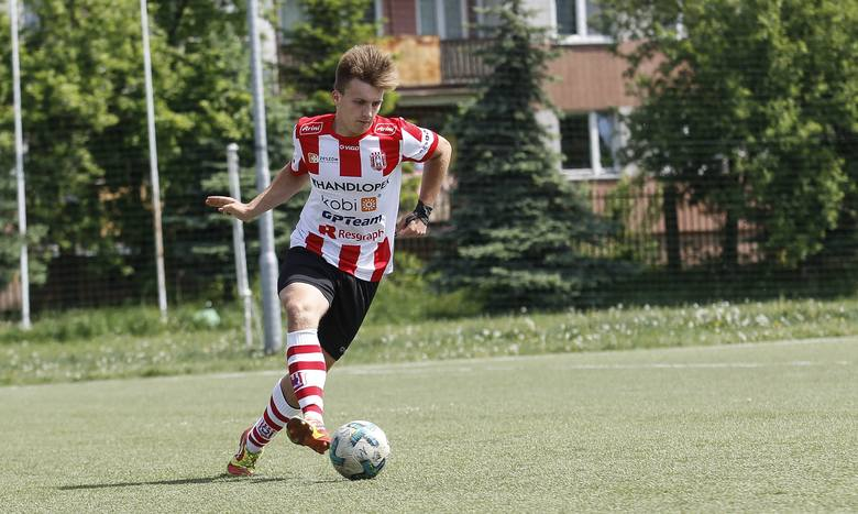Adrian Chwałka, obecnie piłkarz SMS-u Resovia, wraz z drużyną 17-latków wywalczyli 2. miejsce w Centralnej Lidze Juniorow.