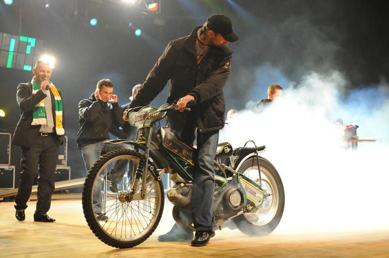 W marcu 2009 Rafał Dobrucki przejął motor od juniora i spalił gumę na deskach amfiteatru. Na zapleczu ktoś zakosił kurtkę Nielsa Kristiana Iversena i