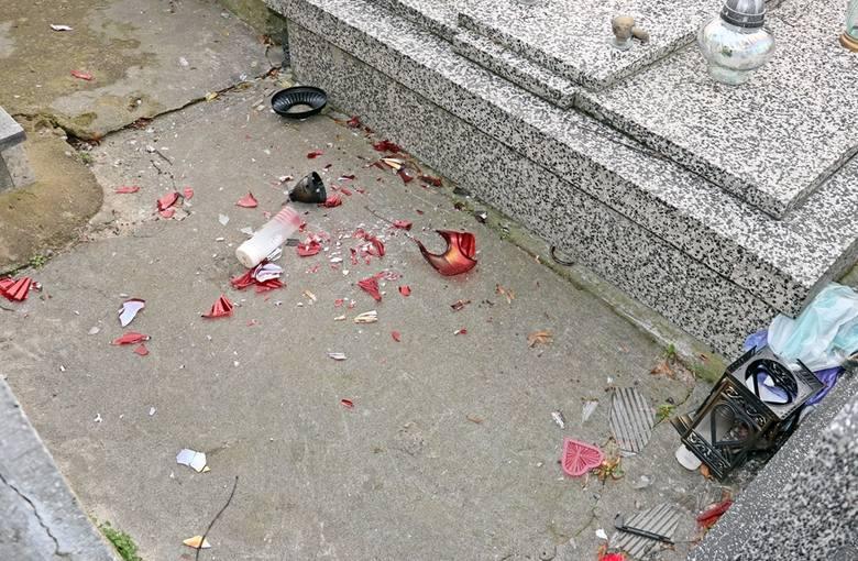 Łomżyńscy policjanci, zatrzymali dwóch podejrzanych o zniszczenie mienia i znieważenie miejsc spoczynku osób zmarłych oraz głośne i wulgarne zachowanie