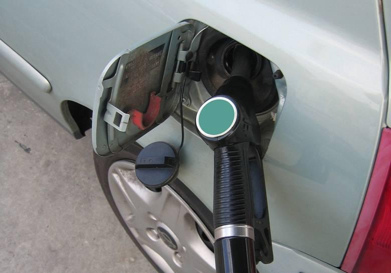 W skali tygodnia hurtowe ceny benzyn spadły o blisko 4 grosze na litrze, natomiast oleju napędowego wzrosły o symboliczny grosz. Analityk prognozuje,