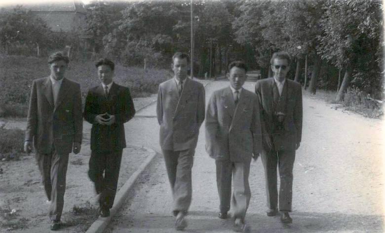 Na spacerze w parku, od lewej, Edward Szymański, Kim Wan Un, NN, Ri Jin Ben, Leszek Graf